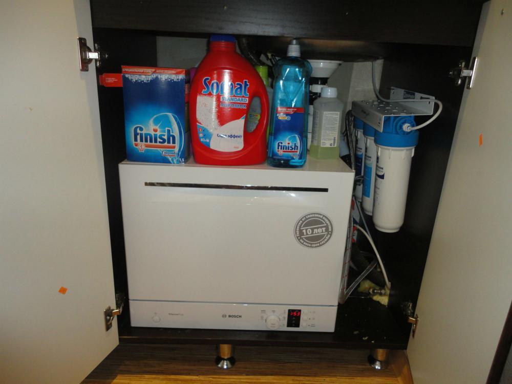 Вариант размещения компактной посудомоечной машины на кухне в шкафчике под раковиной