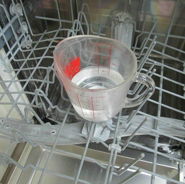Использование уксусного раствора поможет победить накипь в посудомоечной машине без труда