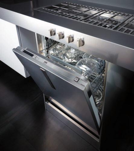 Вариант размещения полноразмерной посудомоечной машины под газовой варочной панелью