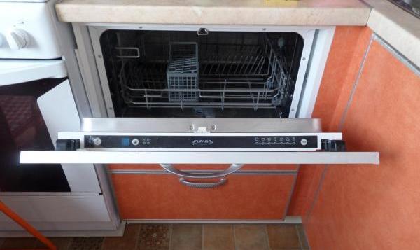 Пример встроенной компактной посудомоечной машине в верхней части блока гарнитура с ящиками