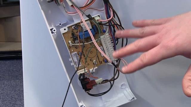 Отсоединение проводки от управляющей платы в посудомоечной машине для избежания замыкания