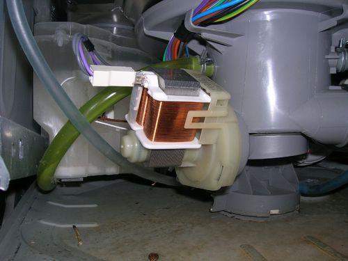 Пример расположения сливной помпу внутри посудомоечной машины Бош