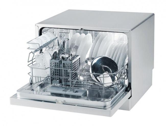 Размещение грязной посуды в компактной посудомоечной машине для небольшой семьи