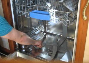 Освобождение доступа ко сливному фильтру в посудомоечной машине фирмы Бош