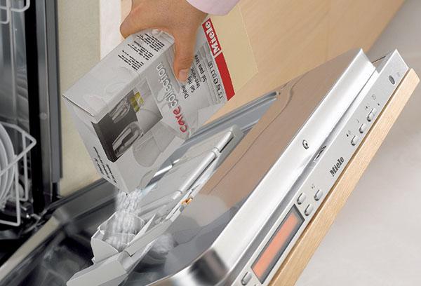 В некоторых моделях посудомоечных машин соль для смягчения воды засыпается в дверцу