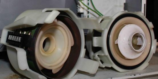 Извлечение подшипника из насоса посудомоечной машины для замены при появлении шумов