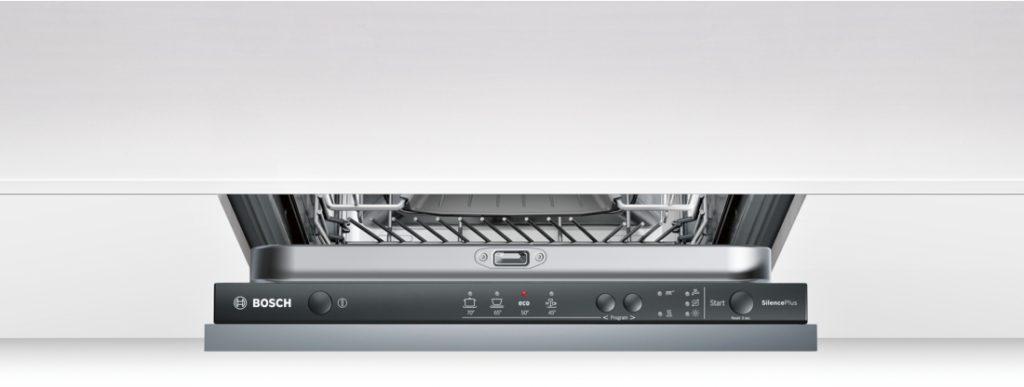 Расположение скрытой панели задач в узкой встраиваемой посудомоечной машине Бош