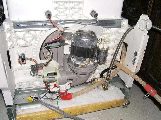 Разбор и демонтаж сливного насоса в посудомоечной машине при неисправности автоотключения