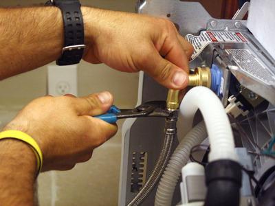 Подключение и герметизация заливного шланга к посудомоечной машине при ее монтаже