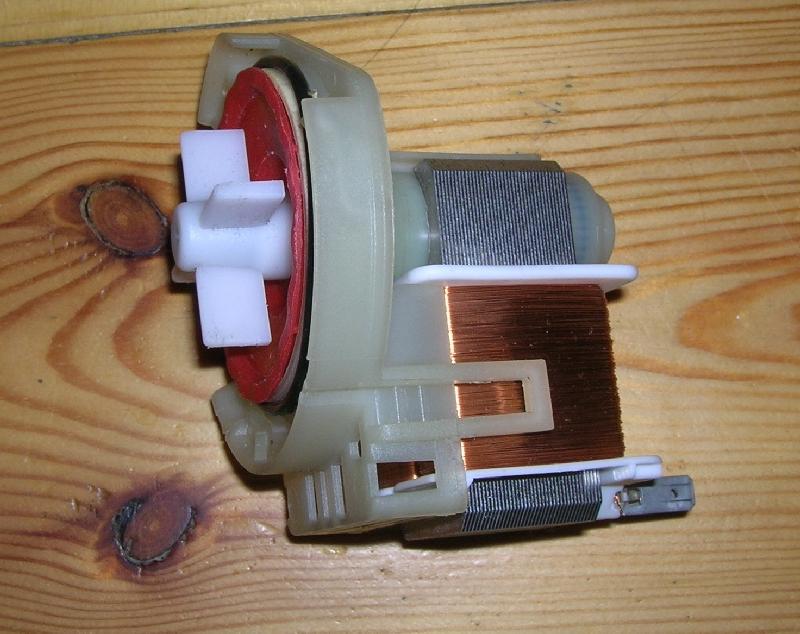 Проверьте на наличие засора в трубах и сливной помпе при отсутствии слива воды в посудомоечной машине