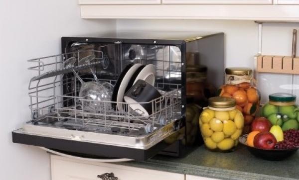 Пример размещения отдельностоящей компактной посудомоечной машины на столешнице гарнитура