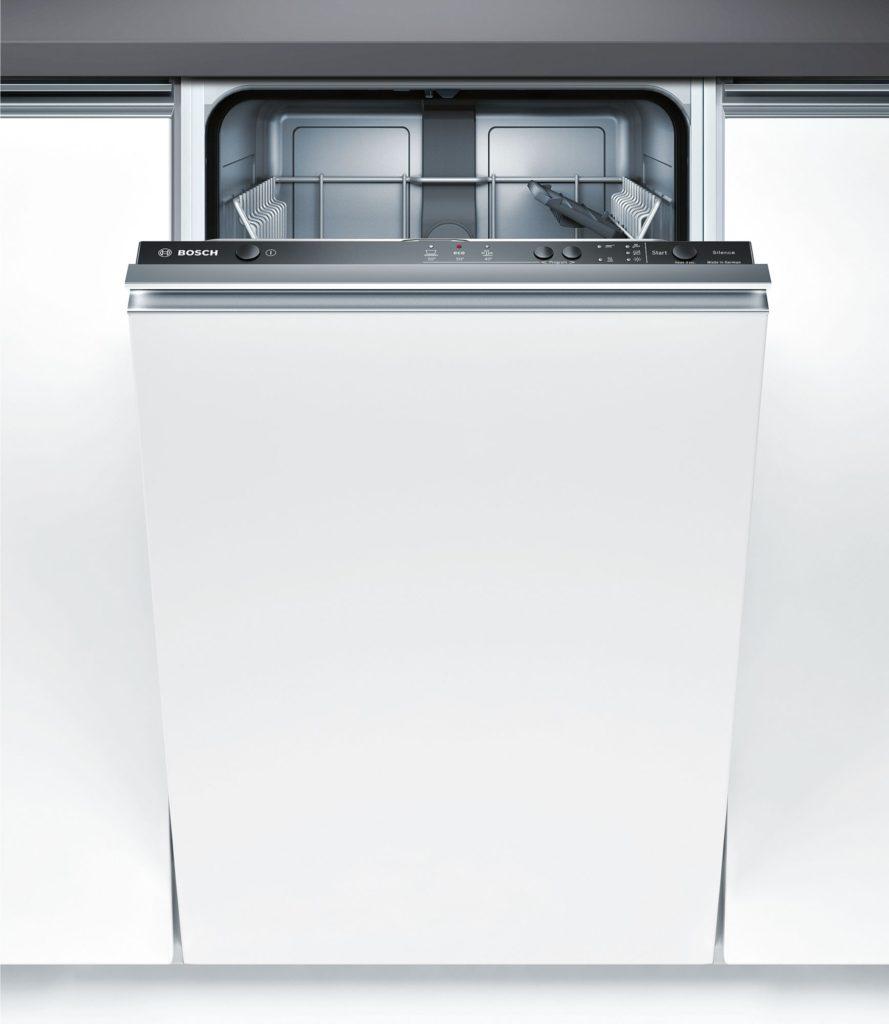 Приоткрытая дверца посудомоечной машины Бош с доступом к панели управления