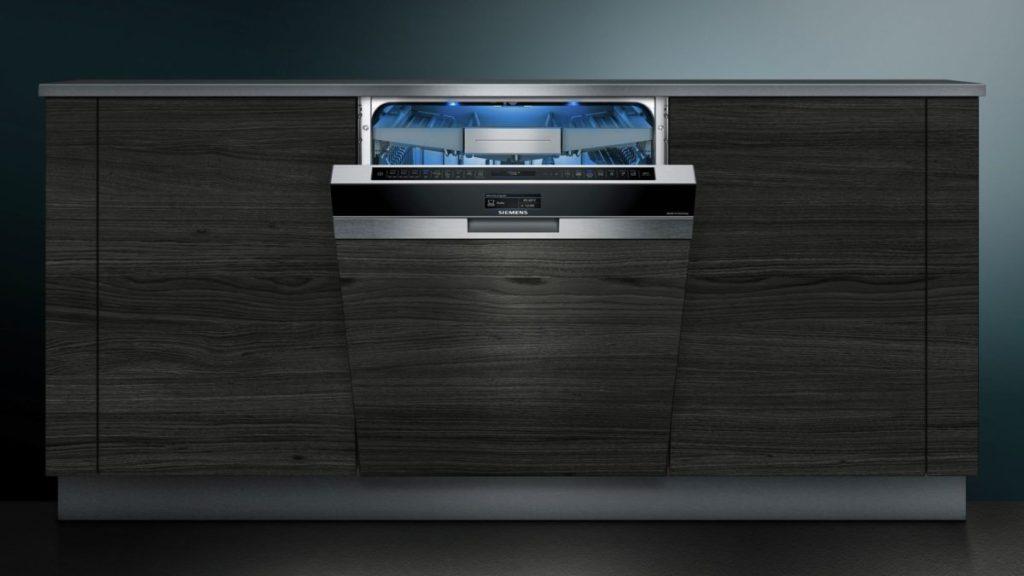 Встроенная посудомоечная машина Siemens SN 578S00 TR в кухонных гарнитур цвета темного дерева