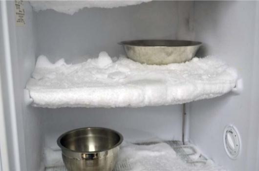 Оттаивание морозилки мисками с горячей водой