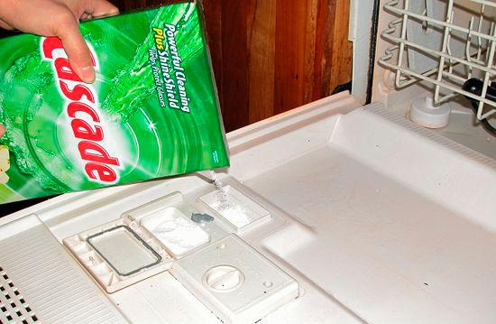 В посудомоечной машине существует несколько отсеков для разного вида моющих и ополаскивающих средств