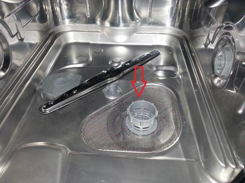 В поддоне бункера посудомоечной машины находится сливной (дренажный) фильтр с сеткой