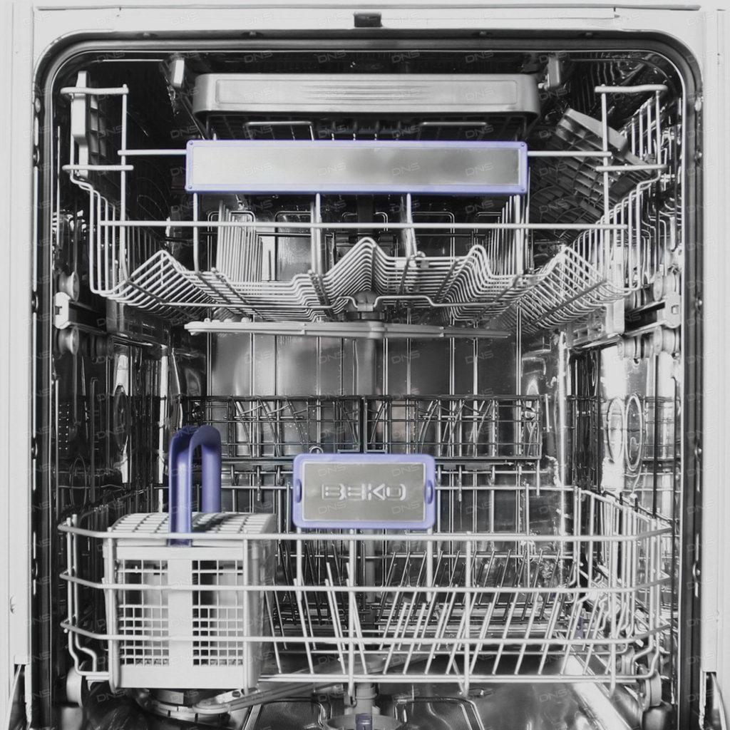 Два уровня лотков для посуды во встраиваемой посудомоечной машине фирмы Беко