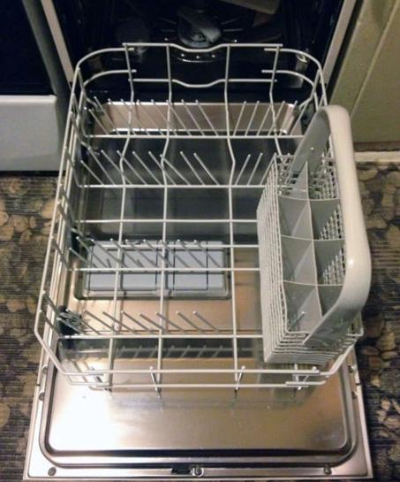 Полное извлечение лотков для посуды из бункера неисправной посудомоечной машины