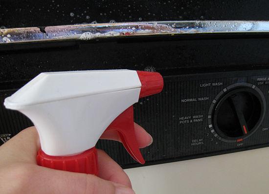 Внешнюю поверхность посудомоечной машины можно отчистить любым мягко очищающим средством