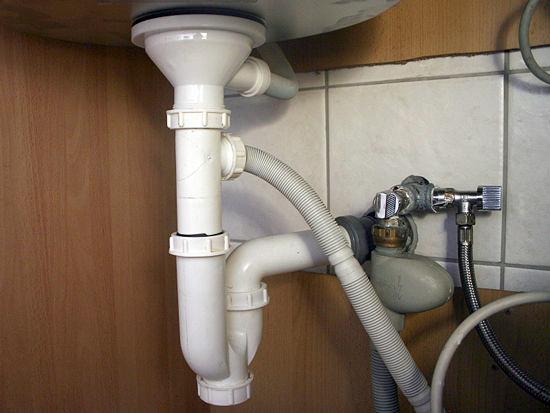 Пример правильного монтажа водопровода и канализации при установке посудомоечной машины