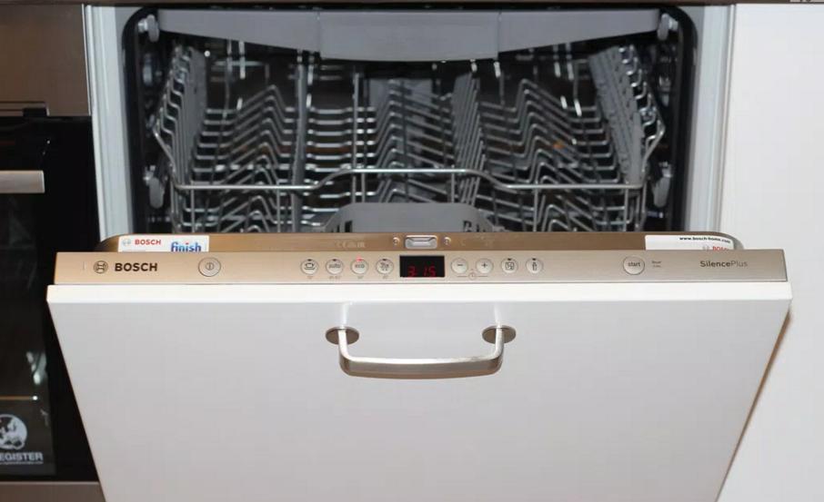 Удобство расположения встраиваемой большой посудомоечной машины Бош на кухне