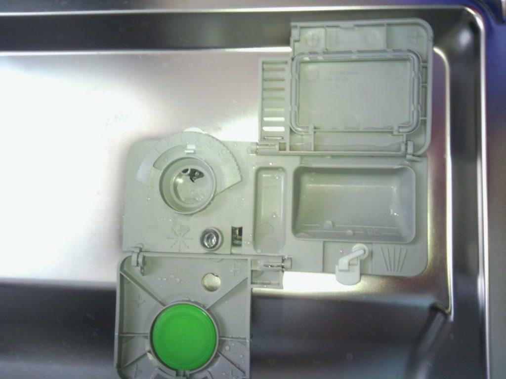 Отсек для загрузки различных моющих и ополаскивающих средств в посудомоечной машине