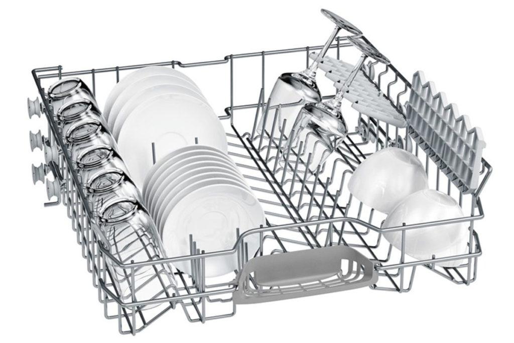 Пример правильной загрузки посуды в верхний лоток бункера посудомоечной машины