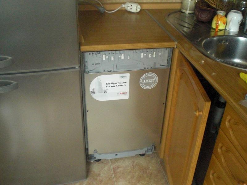 Пример встраивания посудомоечной машины под столешницы на малогабаритной кухне