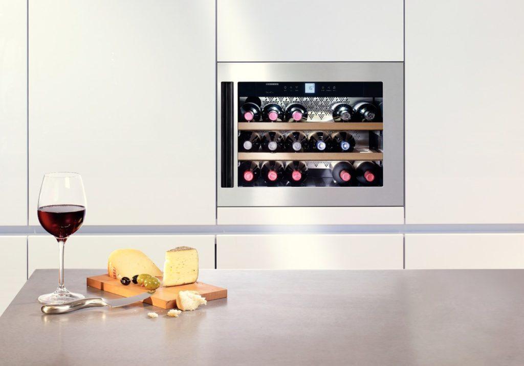 Пример реализации встроенного винного шкафа с охлаждением на современной кухне