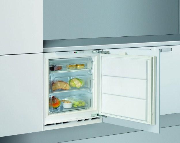 Пример расположения встраиваемого морозильного шкафа Аско F2282I на просторной кухне