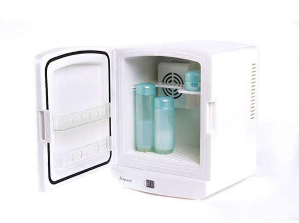 Стильный небольшой округлый настольный холодильник для косметики с двумя полочками на дверце