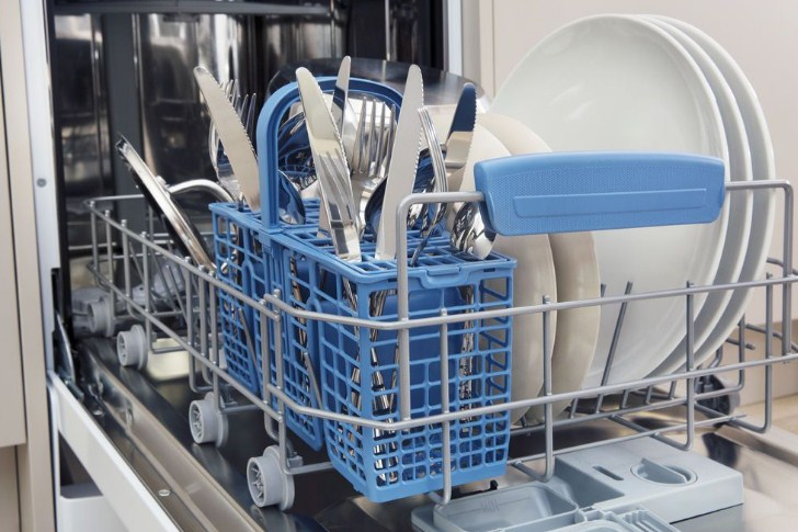Цветные аксессуары для лотков посудомоечной машины Индезит DSR 57M19 A EU в бункере