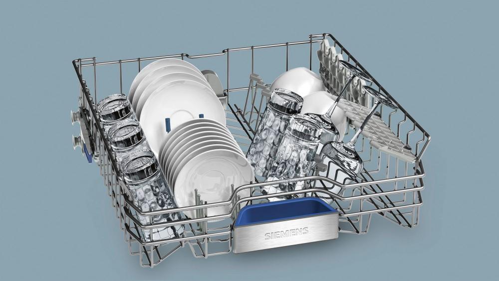 Расположение посуды в одном из лотков стильной посудомоечной машины Siemens SN 678X50 TR
