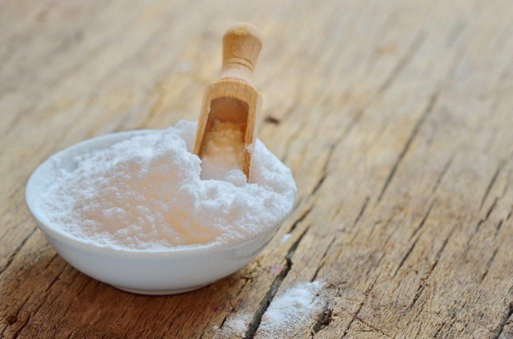 При изготовлении домашней таблетки для посудомойки порошок и соду смешивают с глицерином