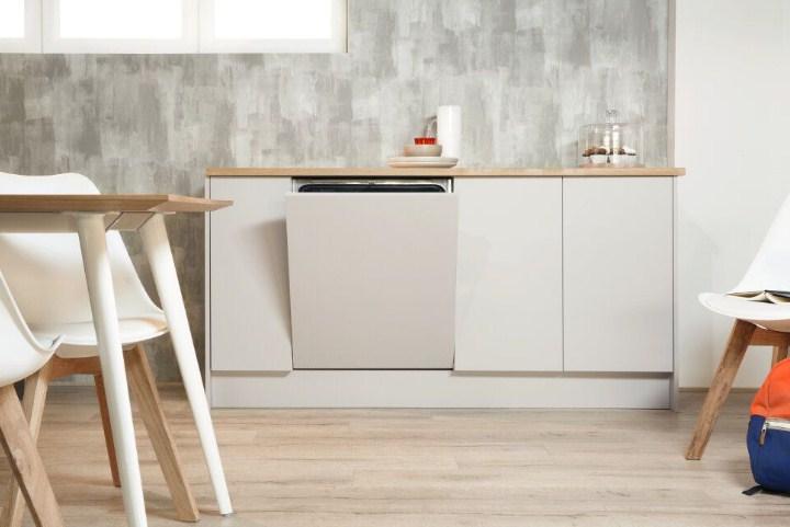 Пример встраивания посудомоечной машины Индезит DIF 16T1 A на большую светлую кухню