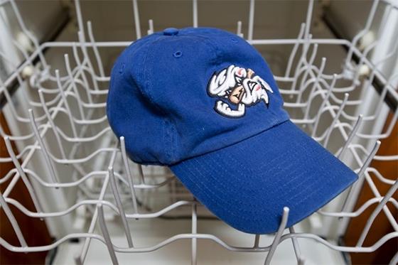 Посудомоечную машину можно использовать для стирки бейсболок и они сохранят свою форму