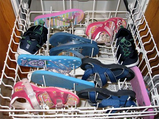 Посудомоечную машину можно использовать для стирки летней обуви, предварительно закрепив ее в лотке