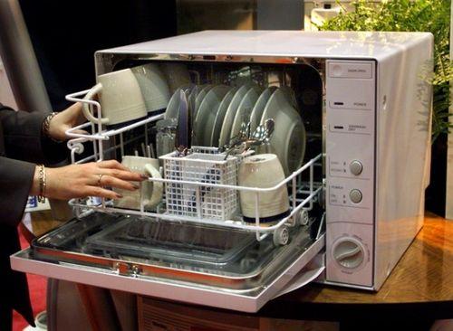 Неправильная загрузка посуды в посудомоечную машину может являться причиной того, что она не закрывается