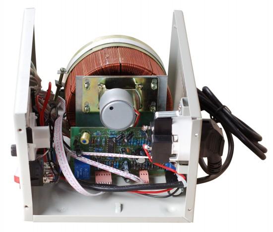 Начинка электромеханического стабилизатора напряжения и принцип работы при подключении поудомойки