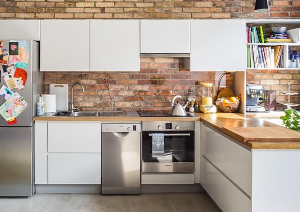 Организация пространства просторной кухни при установке и подключении посудомоечной машины