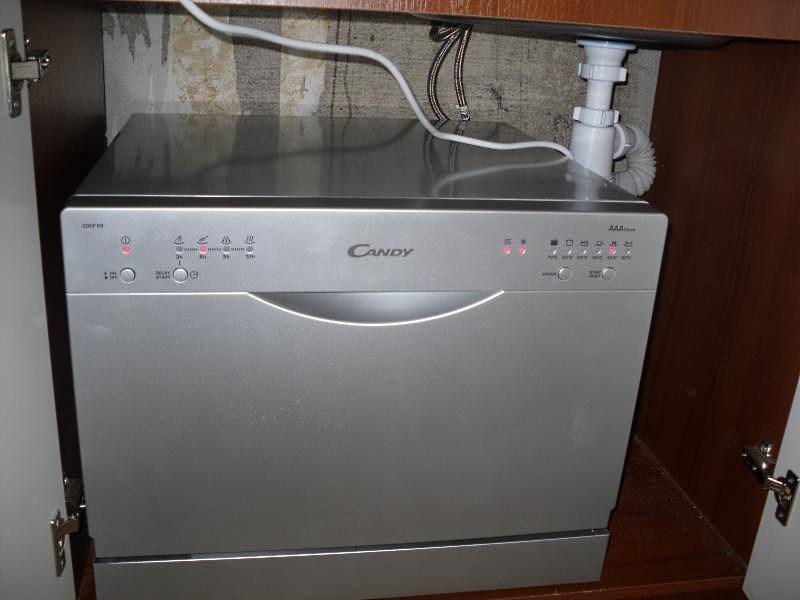 Пример установки компактной посудомоечной машины в малогабаритную кухню под мойку