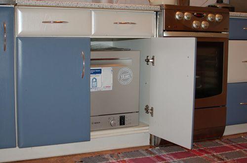 Пример размещения компактной посудомоечной машине в нижнем ящике кухонного гарнитура