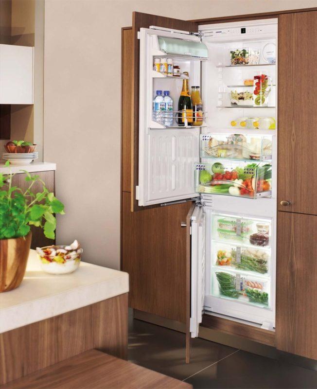 Пример внедрения полновстраиваемого холодильника в кухонный гарнитур с установкой декоративного фасада
