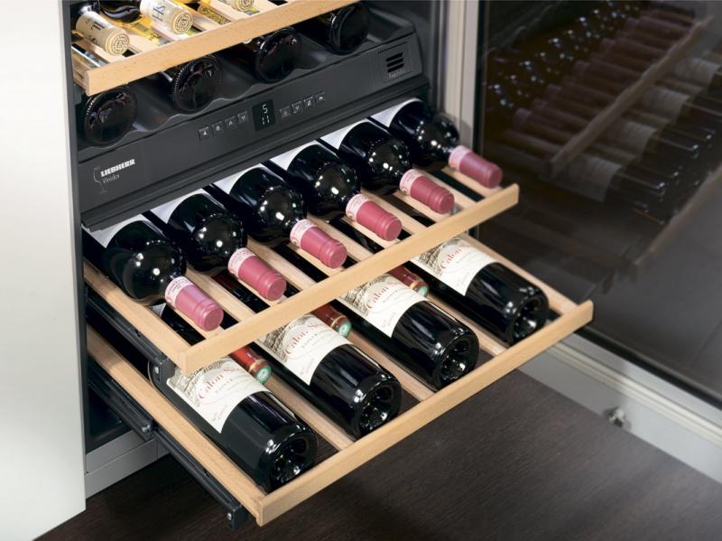 Современный винный шкаф с системой охлаждения и выдвижными полками для хранения бутылок