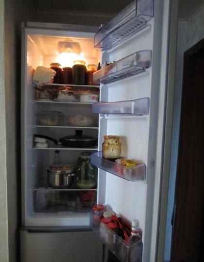 Открытый холодильник CMV 533103 S от «Беко» с примером загрузки продуктами в нише обычной квартиры