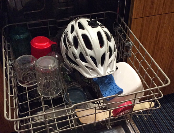 Спортивную атрибутику и защитные элементы также можно отмыть в посудомоечной машине