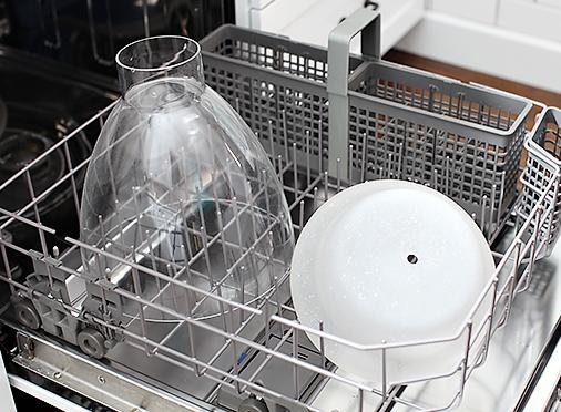 Пластиковые и стеклянные плафоны без мелких декоративных элементов можно отмыть в посудомоечной машине