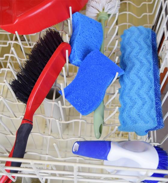 Любимые щетки, губки и совки для уборки можно легко отмыть в посудомоечной машине