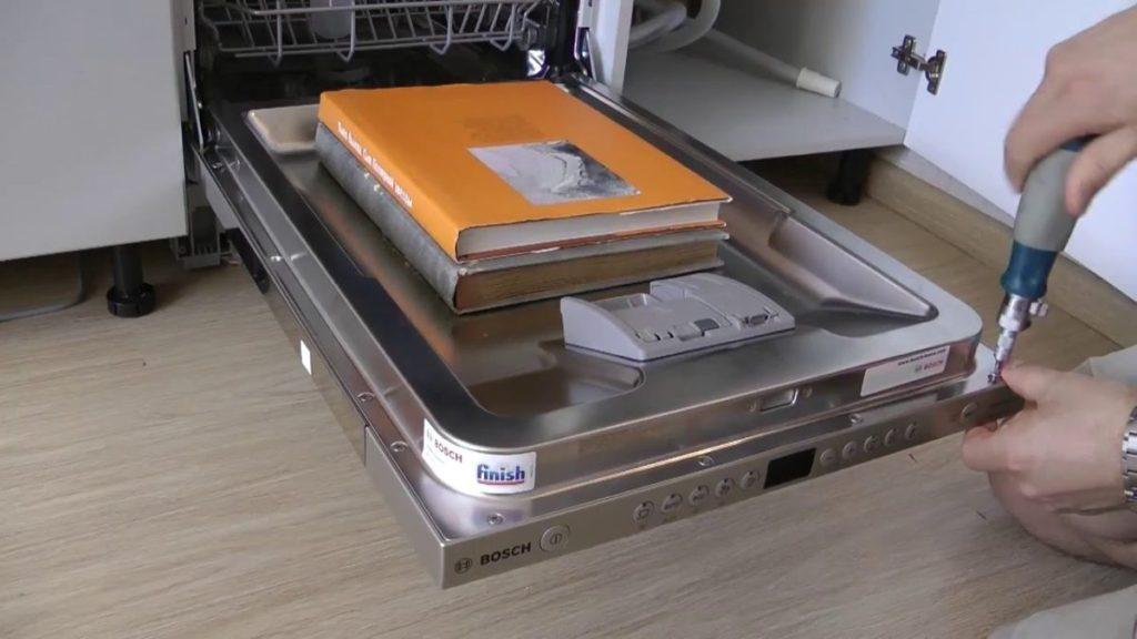 Процесс разбора дверцы посудомоечной машины при возникновении поломки или когда она не закрывается