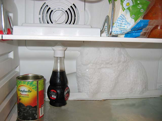 При неисправности работы в холодильниках Индезит с функцией ноу фрост может образовываться снег на стенках